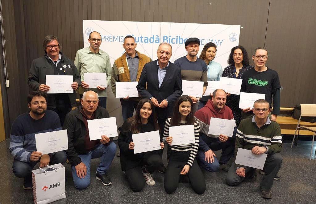 Foto de grup dels guardonats, amb Antoni Poveda, vicepresident de Mobilitat i Transport de l'AMB