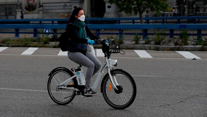 Els canvis en la mobilitat han reduït les emissions (Efe/Chema Moya)mb mascareta circula en bicicleta per Madrid