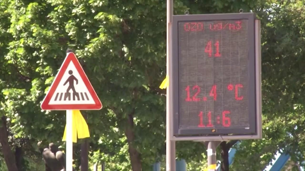 Cartell que informa sobre els nivell d'ozó a Vic