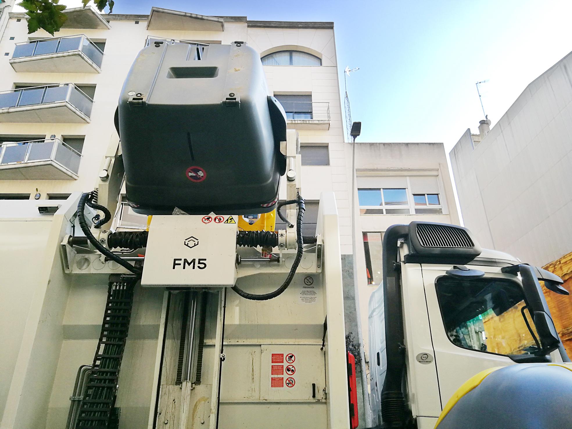 Un camió recollint un contenidor de càrrega lateral dels nous que s'han instal·lat a Granollers |Griselda Escrigas