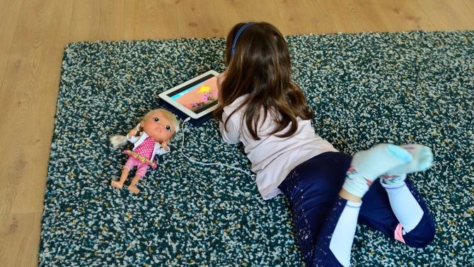 Nens i nenes ja porten un mes totalment confinats (EFE/Jordi Ferrer)