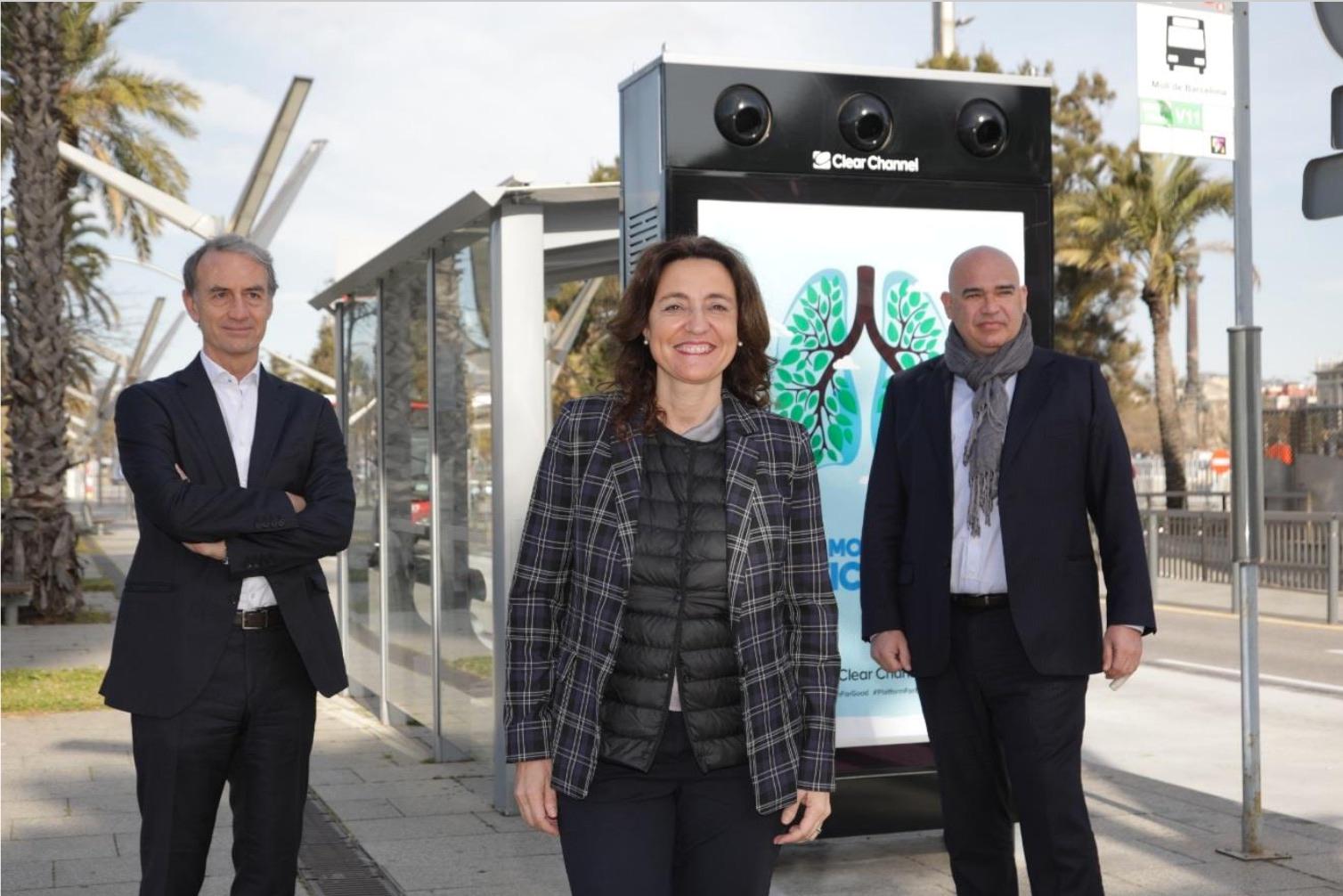 D'esquerra a dreta, el CEO d'Urban Air Purifier, Joaquín Cusí; la presidenta del Port de Barcelona; Mercè Conesa; i el market leaderdel sud d'Europa de Clear Channel, Jordi Sáez.