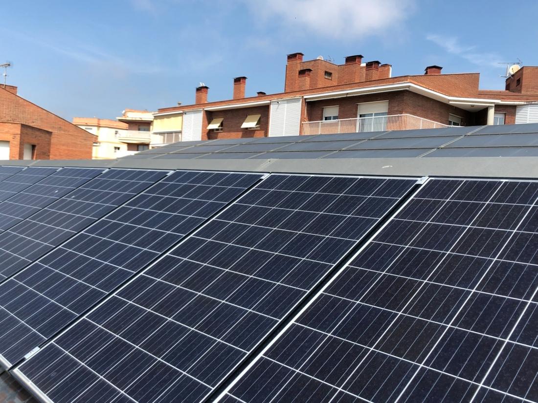 Plaques fotovoltaiques a la Biblioteca Pública Pompeu Fabra. Foto: Ajuntament de Mataró