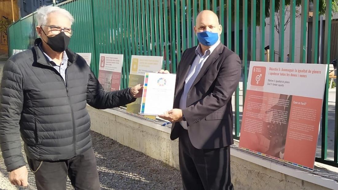 L'auditor Carles Agusti va lliurar el certificat de compliment dels ODS de l'ONU al president de l'Associació de Comerciants Creu Coberta, Lluís Llanas | Foto: Associació de Comerciants Creu Coberta
