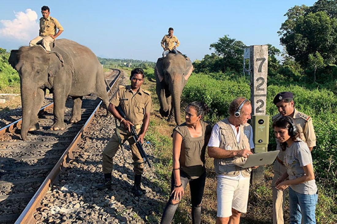 L'investigador del Laboratori d'Aplicacions Bioacústiques (LAB), Michel André, provant el detector acústic per evitar col·lisions amb elefants a la xarxa ferroviària de l'Índia. Imatge de: Apal Singh.