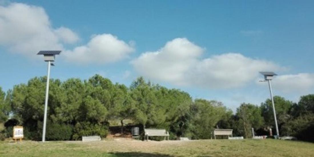 Fanals alimentats amb energia solar situats al parc de Colobrers.