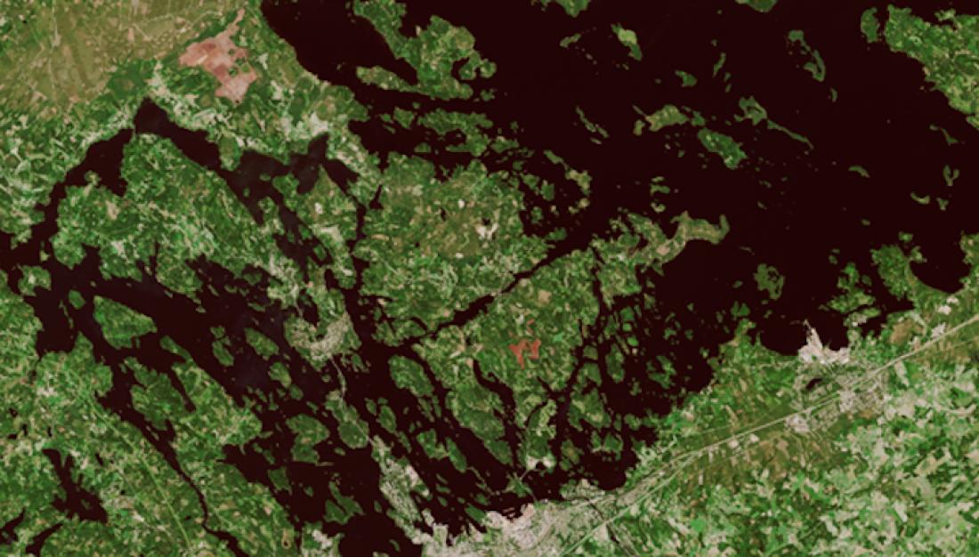 Controlar l'abast dels afluents dels llacs aporta informació valuosa sobre el risc de contaminació, millora la producció d'aigua potable i preserva la sostenibilitat ambiental. Imatge: Llac Pien-Saimaa, al sud de Finlàndia. Imatge: via satèl·lit Sentinel 2 en color real provinent de Copernicus.
