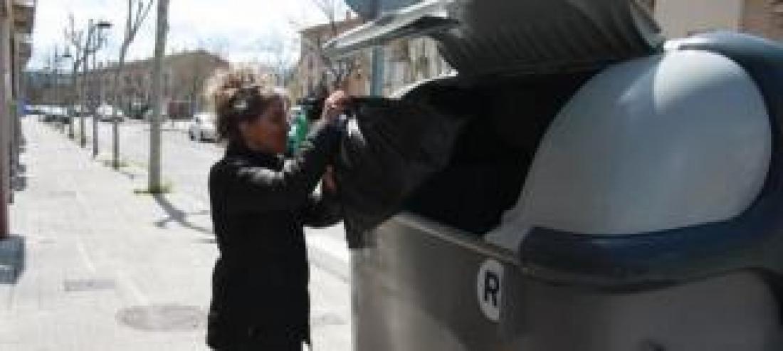 Una ciutadana llançant la brossa. arxiu/abel gallardo
