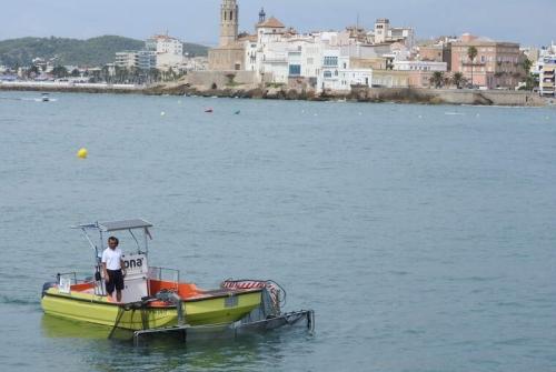 L'embarcació de recollida de residus davant de Sitges