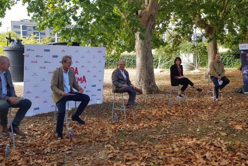 Pla obert de la presentació de Lleida #PelClima, amb representants de la restauració, Coca Cola i Turisme de Lleida, el 4 d'octubre del 2021. (Horitzontal)  Pla obert de la presentació de Lleida #PelClima, amb representants de la restauració, Coca Cola i Turisme de Lleida
