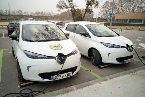 Vehicles elèctrics a l'estació de recàrrega de la Granja