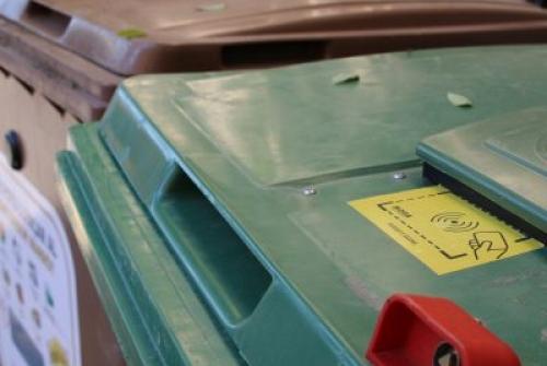 Els contenidors s'obren amb una targeta (Foto: Gerard Bosch)