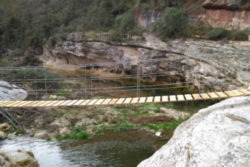Imatge del pont penjant instal·lat per unir les dues voreres del riu Gaià a Querol