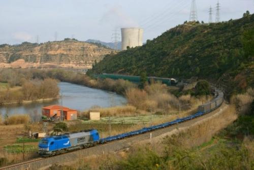 La central nuclear d'Ascó, al costat del riu Ebre, al seu pas per Flix (Ribera d'Ebre) | eldelinux (CC)