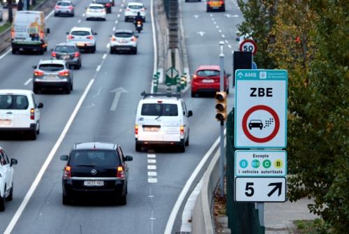 Un cartell avisa als conductors que entren a la Zona de Baixes Emissions de Barcelona a la sortida 5 de la Ronda de Dalt | ACN