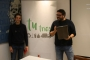 El tècnic de Medi Ambient Antoni Pasqual i el regidor Sebastià Llodrà, amb el poal que es fa servir per a matèria orgànica. / M. BARCELÓ
