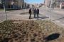 L'alcaldessa de Girona, Marta Madrenas, i el regidor de Sostenibilitat de l'Ajuntament de Girona, Martí Terés, al nou espai enjardinat de la plaça d'Europa