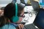 Foto: Participants del projecte BREATHE d'una escola de Barcelona realitzen tests per ordinador. Foto: ISGlobal