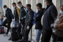 Treballadors temporals romanesos esperen per volar a Alemanya, aquest divendres a l'aeroport de Bucarest (Reuters)